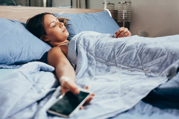 Sleeping with your devices is, perhaps, one of the most common poor sleeping habits that the digital generation shares. Image source: Shutterstock.