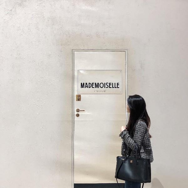 Exhibition go-er (@tsuziex) poses for a shot outside the door.