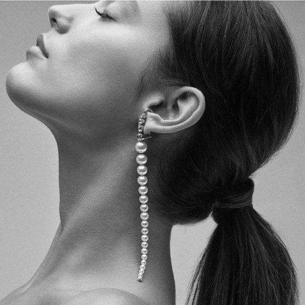 The shoulder-grazing Privé pearl duster earring from Mizuki Nagazawa (@mizukijewels).